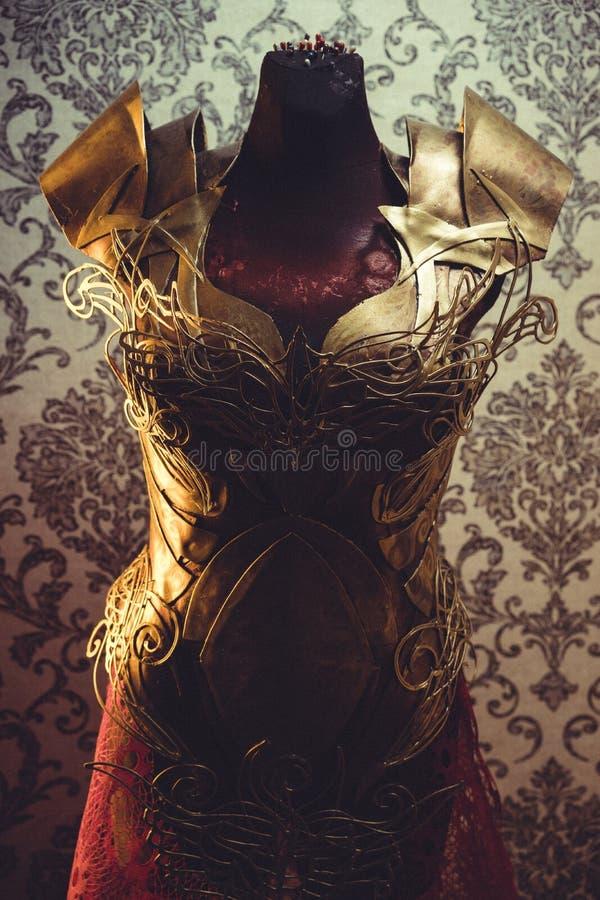 Панцырь нагрудника металла женщины сильного handmade в золоте с идет стоковая фотография rf