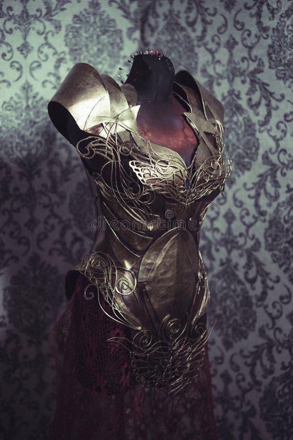 Панцырь нагрудника металла женщины сильного handmade в золоте с идет стоковые изображения rf