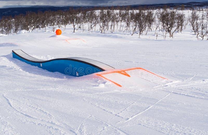 Пандус сформированный волной в снежном парке потехи стоковые фото