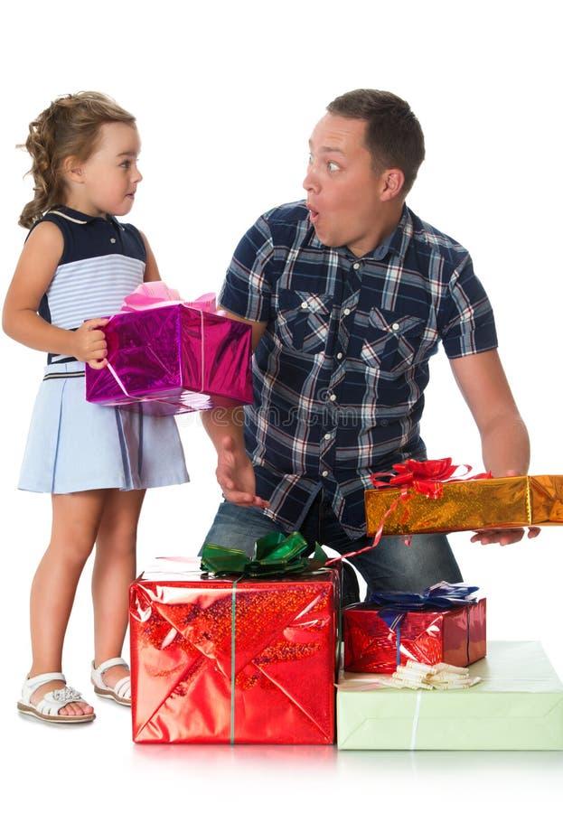 Папа дает подарки дочери стоковое фото