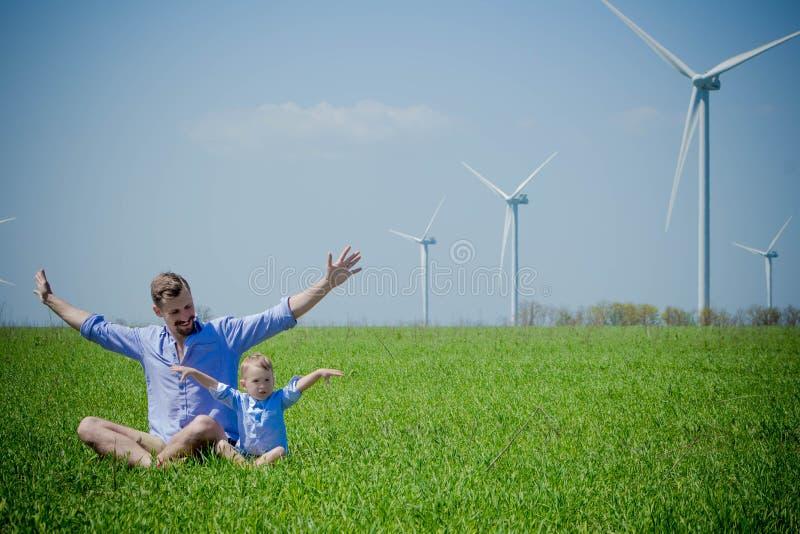 Папа говорит его молодого сына о альтернативных источниках энергии стоковое изображение rf