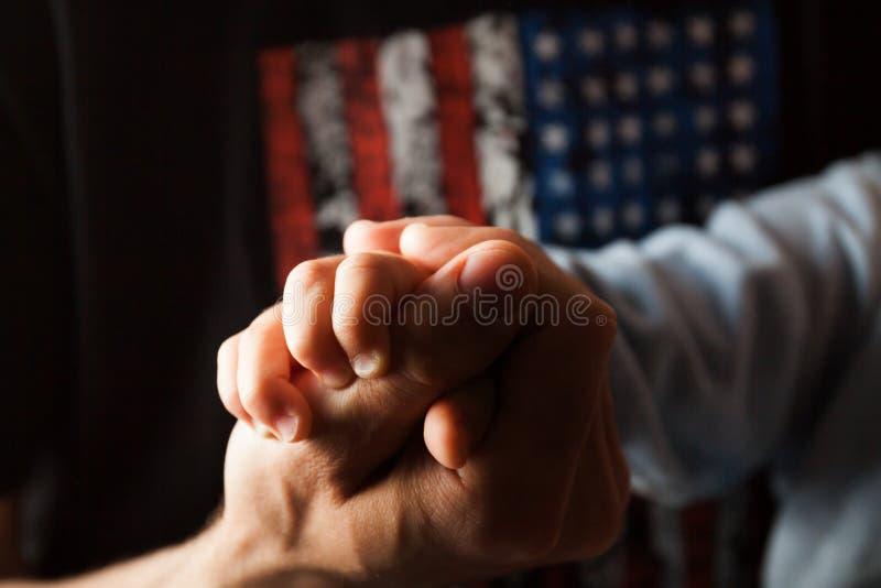 Папа держит его руку ` s сына стоковое изображение rf
