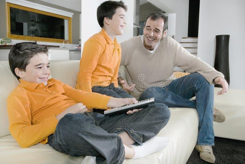 Папа и дети миря tv стоковое фото