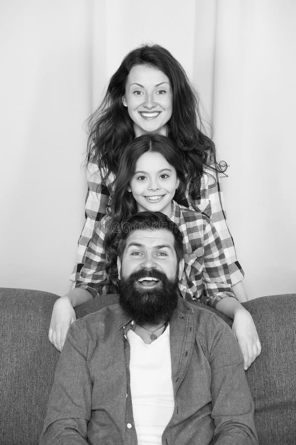 Папа и дочь мамы ослабляя на кресле Счастливое родительство Близкие и trustful отношения Концепция семейных ценностей r стоковые фотографии rf
