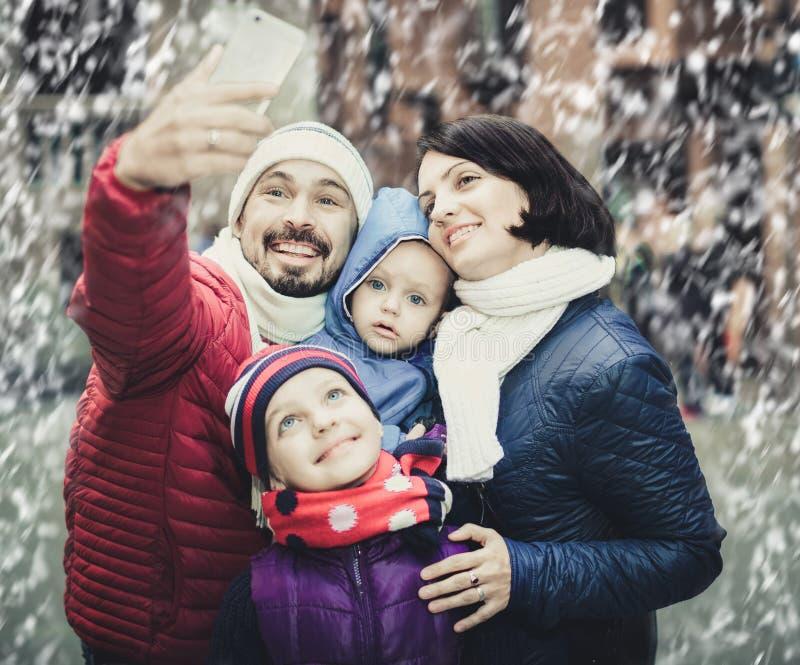 Папа и мама при их дети делая selfie стоковые изображения rf