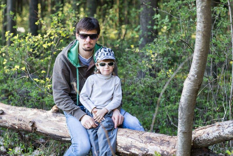 Папа и маленький сын имея пикник стоковые изображения