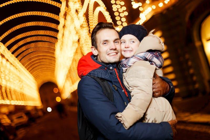 Папа и дочь в рождестве стоковое фото rf