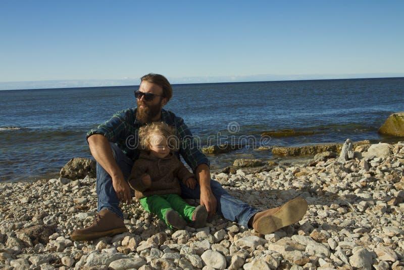 Папа и дочь на море стоковое изображение rf