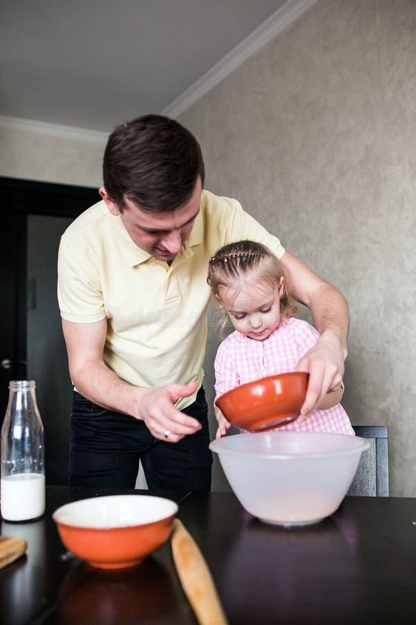 Папа и дочь совместно в кухне стоковое изображение rf