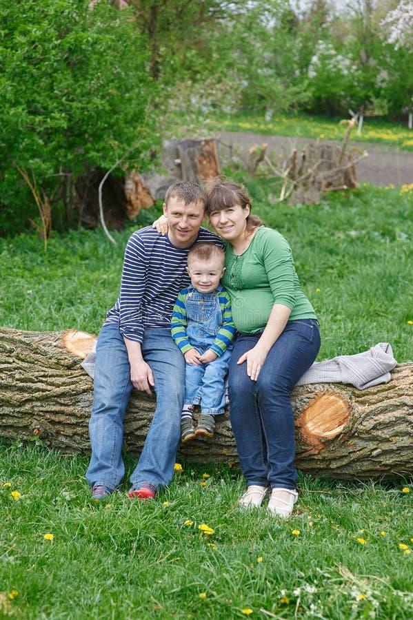Папа и сын мамы сидя на палубе стоковое изображение