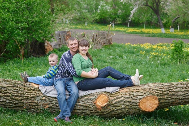 Папа и сын мамы сидя на палубе стоковое изображение rf