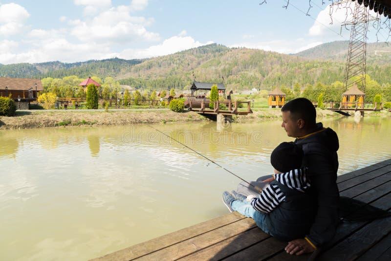 Папа и сын на рыбной ловле стоковые фотографии rf