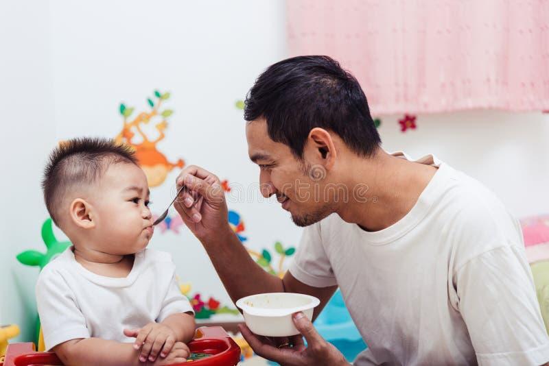 Папа отца семьи есть подавая сына ребёнка еды стоковые изображения