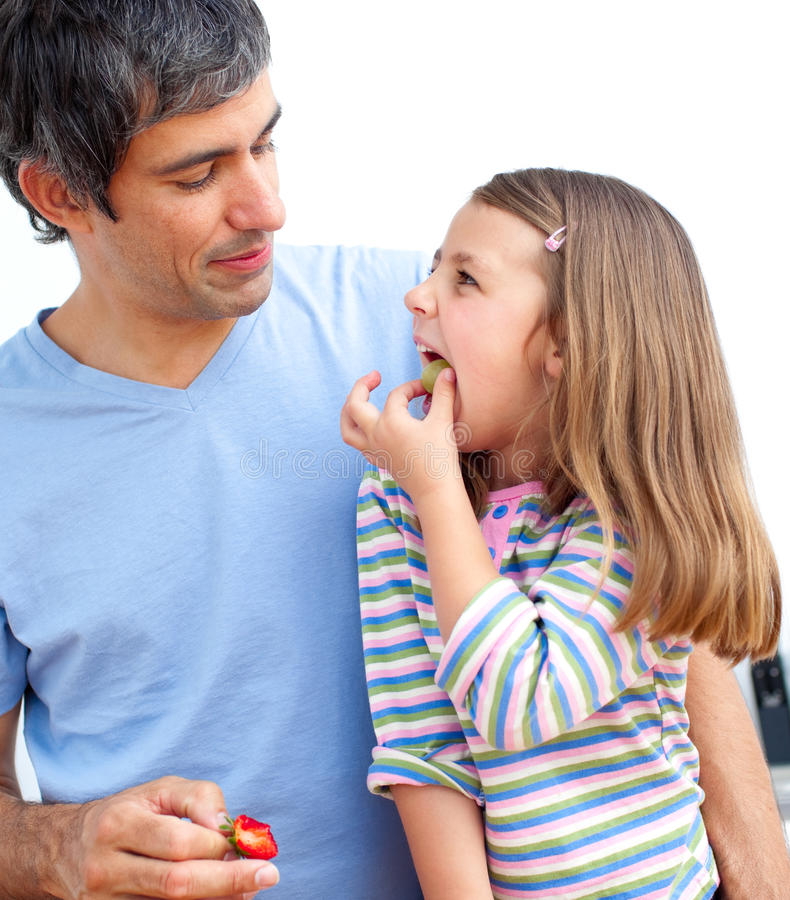 Папа с его дочью в кухне стоковая фотография