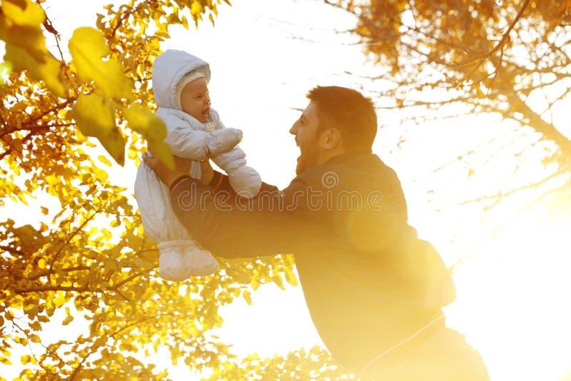 Папа с младенцем для прогулки в парке стоковая фотография rf