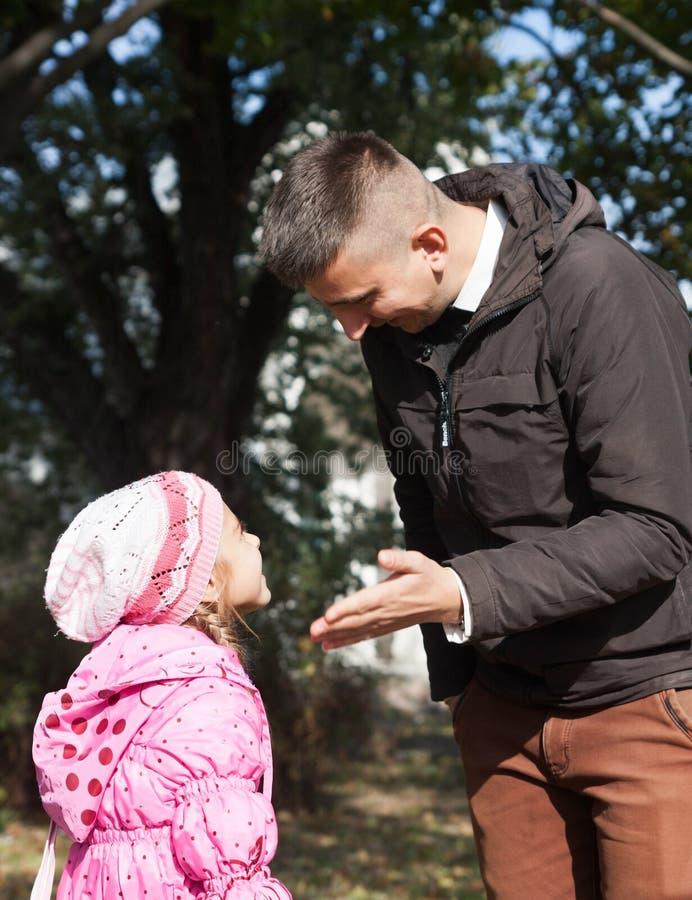 Папа учит его дочери стоковая фотография rf