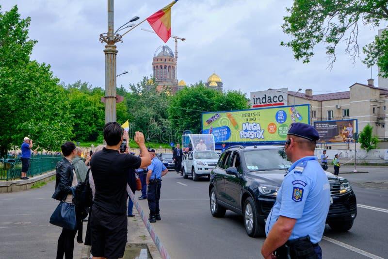 Папа Фрэнсис в его папамобиле, после покидать собор спасения людей, во время его посещения 2019 в Румынию стоковое фото