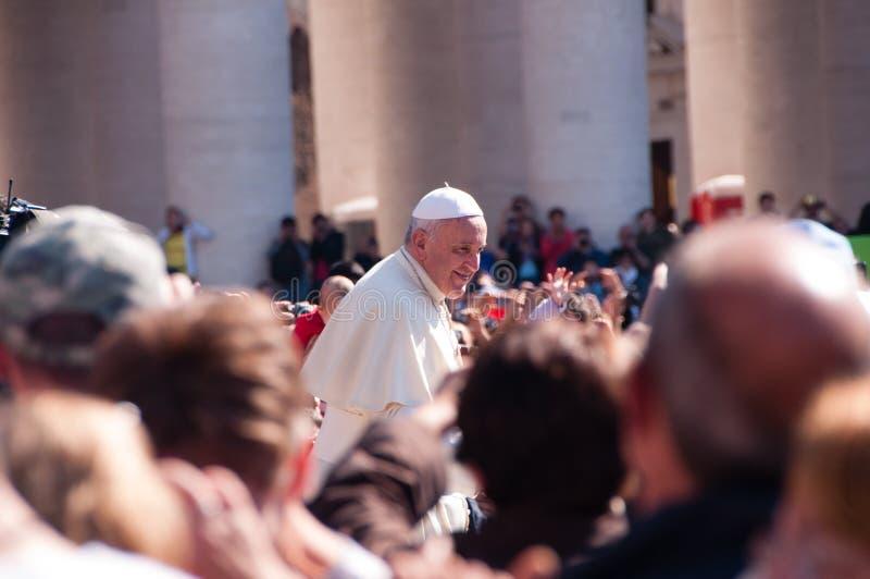 Папа Фрэнсис и толпа стоковые изображения rf