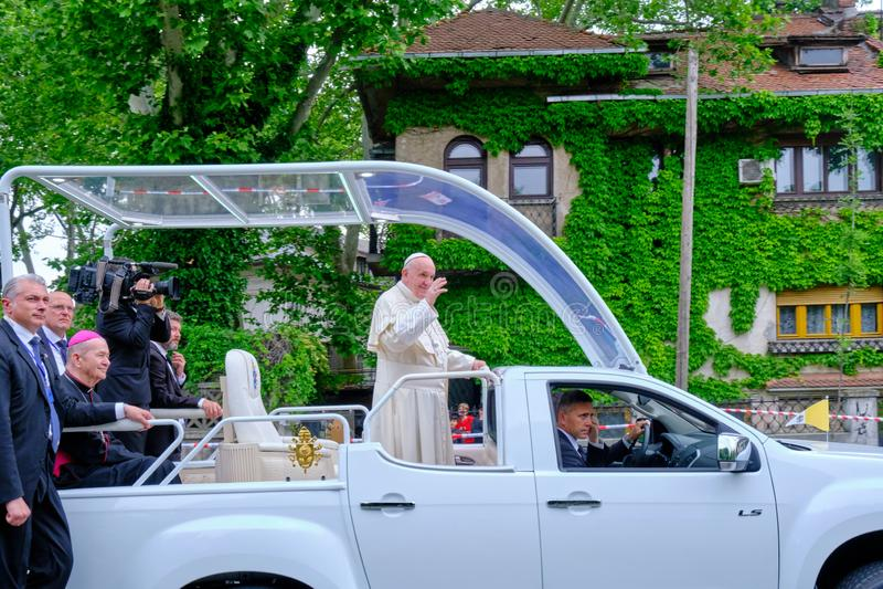 Папа Фрэнсис развевая к людям в Бухаресте от его папамобиля, после покидать собор спасения людей, во время посещения 2019 стоковое фото rf