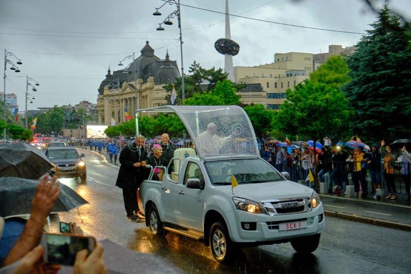 Папа Фрэнсис развевая к людям на бульваре победы от его папамобиля, поздно вечером с проливным дождем стоковое изображение rf