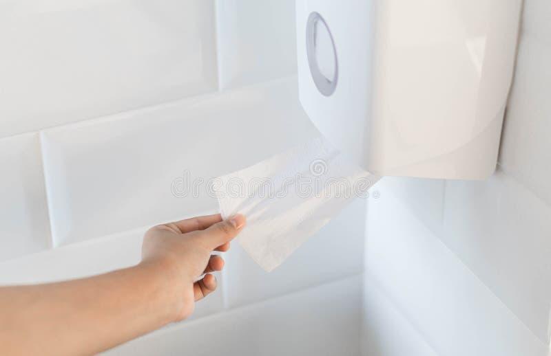 Папиросная бумага руки женщины hoding в туалете стоковое изображение rf
