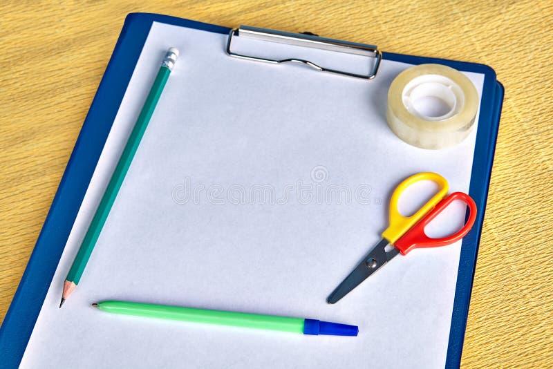 Папка файла доски сзажимом для бумаги размера A4 с инструментом сочинительства стоковая фотография