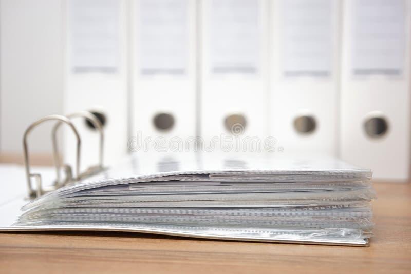 Папки с документацией с связывателями в предпосылке стоковые фотографии rf