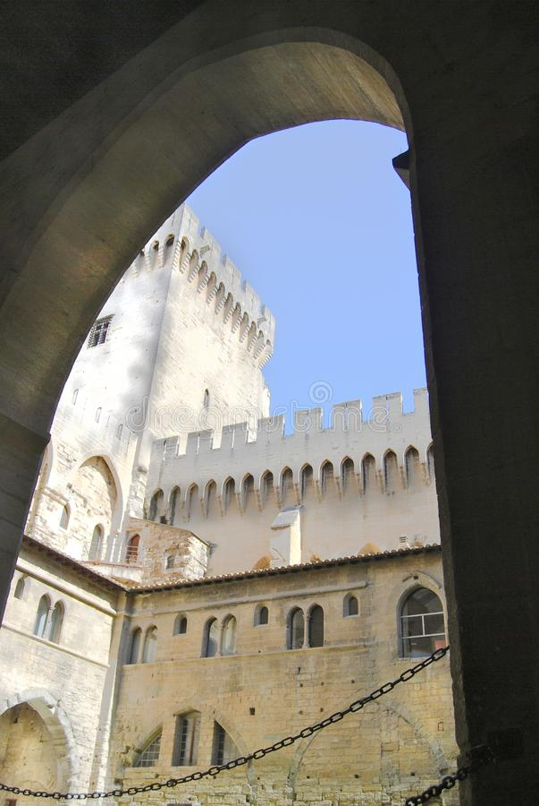 Папский дворец во дворе Авиньона Франции внутреннем стоковые изображения rf