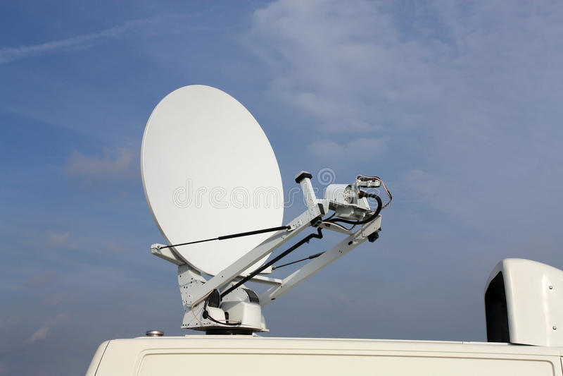Параболистические спутниковые связи антенны стоковая фотография rf