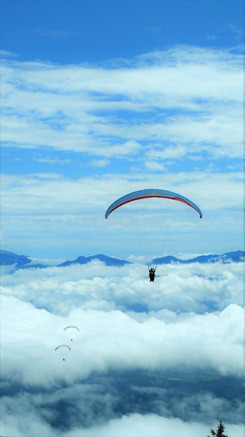 Параглайдинг в небо, Gelitzen, Австрия стоковая фотография rf
