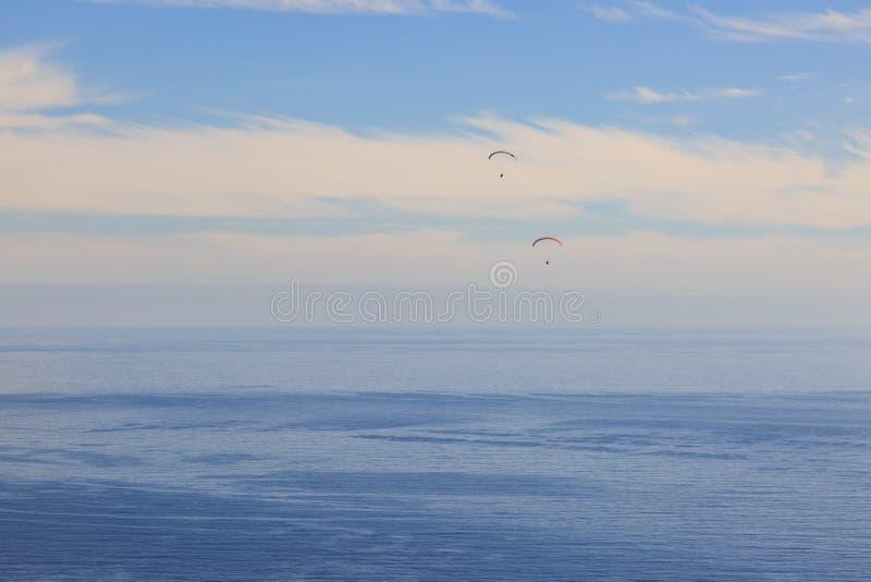 Параглайдинг над океаном стоковые изображения rf