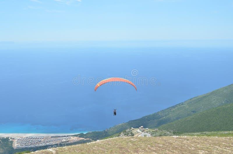 Параглайдинг от пропуска Llogara вниз к Средиземному морю, национальному парку Llogara, Албании стоковые фотографии rf