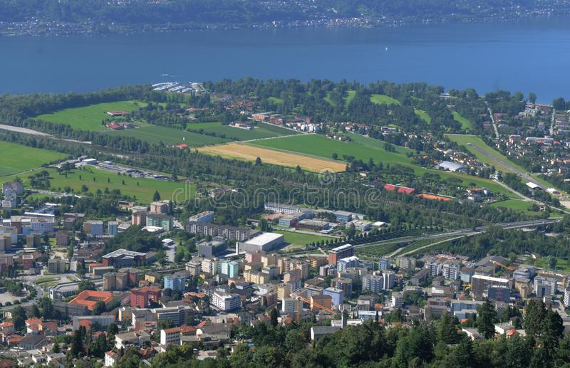 Параглайдинг от Cardada/Cimetta вниз к Локарну и Ascona стоковые изображения rf