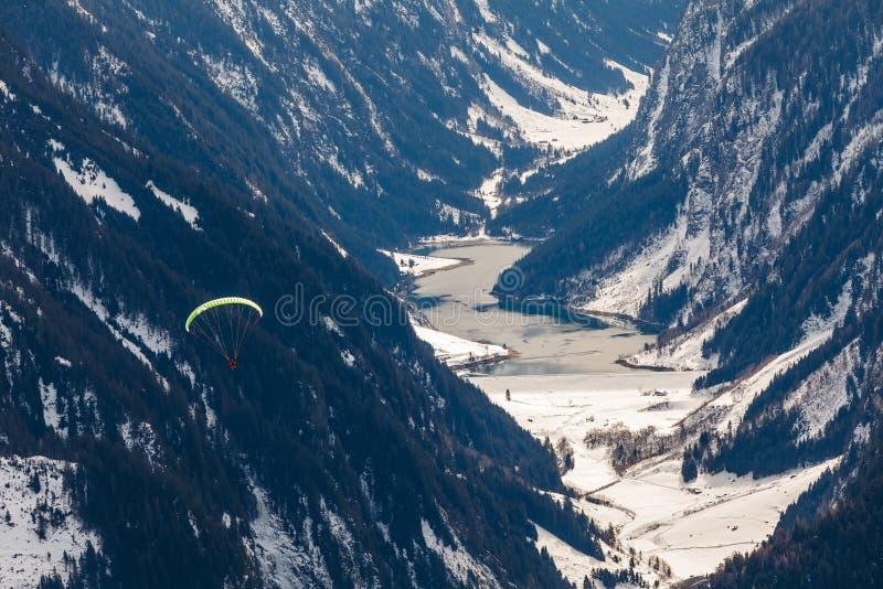 Параглайдинг в горах стоковое изображение rf