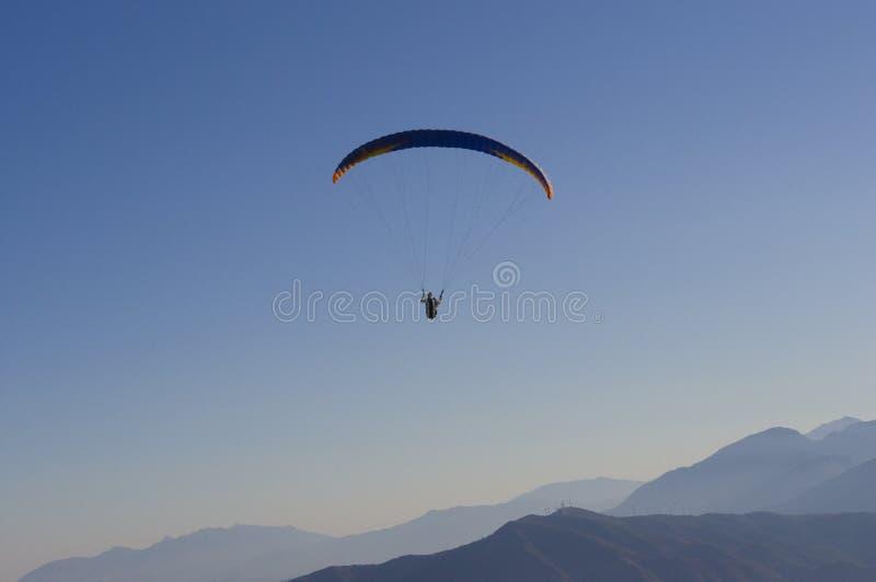 Параглайдинг на максимуме через горы стоковые фотографии rf