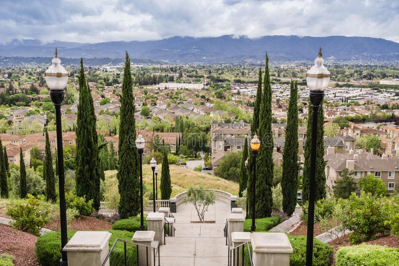 Парадная лестница на пасмурном и дождливом дне и взгляде к жилому району, холм связей, Сан-Хосе, Калифорния стоковое изображение rf