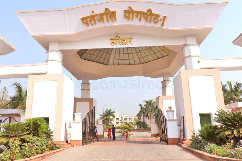 Парадный вход здания управления ` s Patanjali Ayurved Ramdev Бабы ограничивался стоковое фото