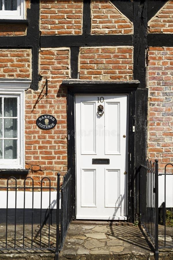 Парадный вход к старому английскому коттеджу стоковое изображение rf