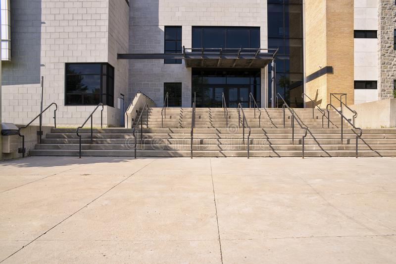 Парадный вход школьного здания стоковое фото