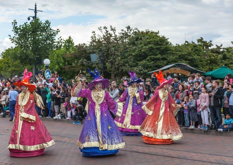 Парад персонажей из мультфильма в Диснейленд стоковая фотография rf