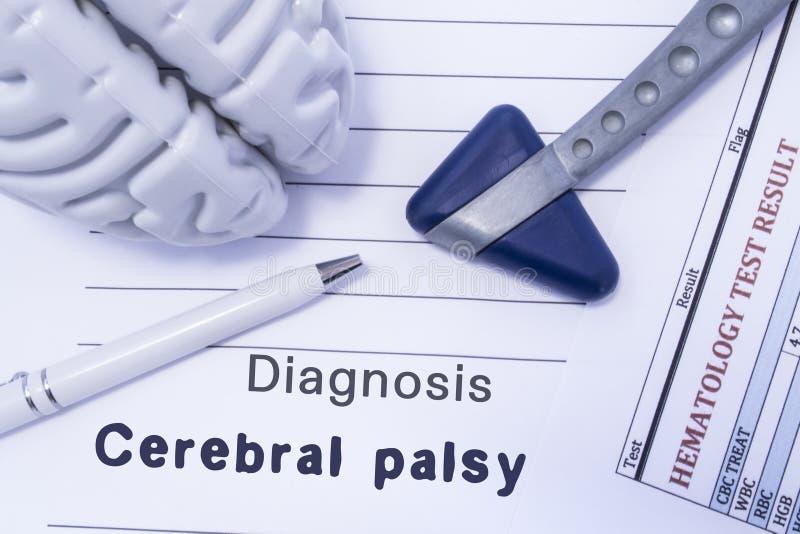 Паралич диагноза церебральный Диаграмма мозг, неврологический молоток, напечатанный на бумажном анализе крови и написанном диагно стоковые изображения