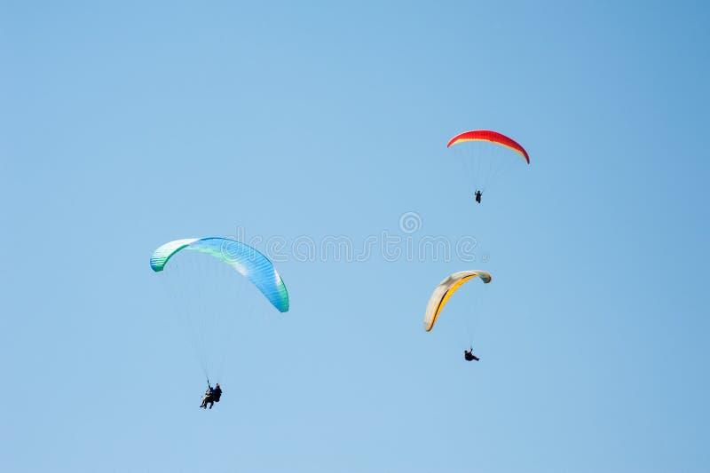 3 параплана летая в голубое небо на фоне облаков стоковые изображения rf