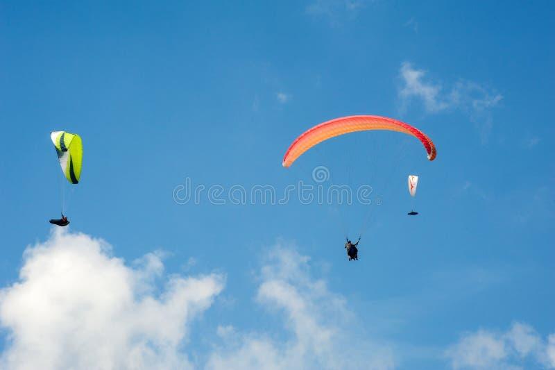 3 параплана летая в голубое небо на фоне облаков стоковое изображение rf