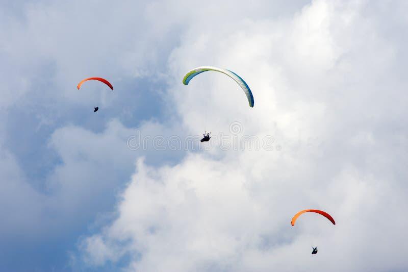 3 параплана летая в голубое небо на фоне облаков стоковое изображение