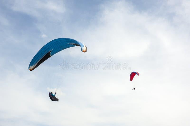 2 параплана летая в голубое небо на фоне облаков стоковая фотография rf