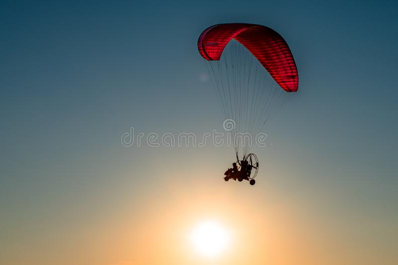 Параплан витает в небе стоковое изображение rf