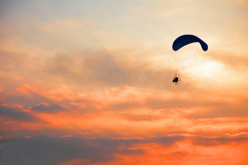 Параплан - ощупывание освобождает на небе стоковое фото rf
