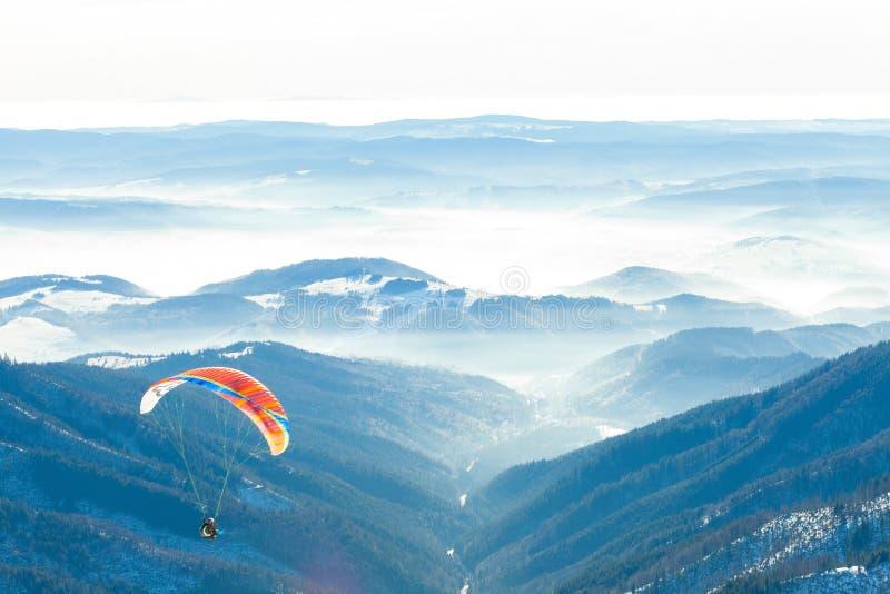 Парапланы запустили в воздух от очень верхней части снежного наклона горы стоковая фотография rf