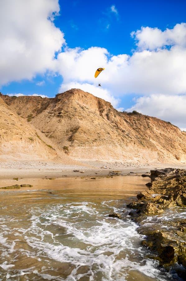 Download Параплан летания стоковое фото. изображение насчитывающей среднеземноморск - 37928426