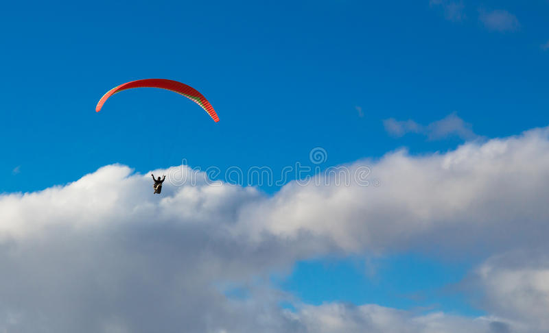Параплан летая над океаном в летнем дне стоковое фото
